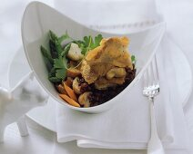 Breaded oyster mushrooms on red rice with vegetables (Swiss)