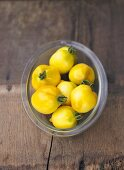 Tomatoes, variety 'Citronella', in glass dish