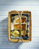 Courgette bread, avocado & goat's cheese dip in picnic basket
