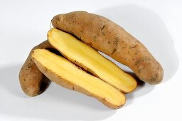 Potatoes (variety 'Bamberger Hörnchen'), whole and halved