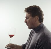 Releasing wine aromas in the mouth by sucking in air