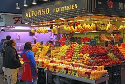 Customers at a fruit and vegetable market stall (Mercat de St. Josep (Boqueria), Las Ramblas, Barcelona, Spain)