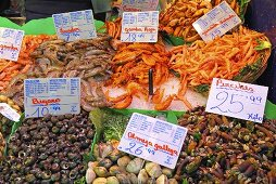 Mussels and prawns on a market stall (Mercat de St. Josep (Boqueria), Las Ramblas, Barcelona, Spain)