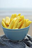 Pommes frites in Schale am Strand