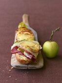 Mit Raclettekäse überbackenes Baguette