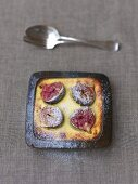 Fig gratin with goat's cheese in a baking tin