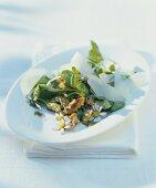 Wildkräutersalat mit Gänseblümchen, Walnüssen und Ziegenkäse