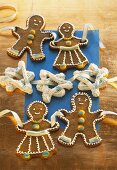 Gingerbread people and meringue stars threaded on ribbon