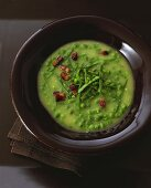 Garlic soup with peas and diced bacon