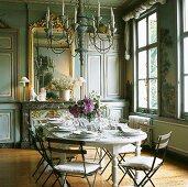 Gedeckter Tisch mit Blumenstrauss