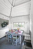 Eine einladende Essecke mit Vintagemöbeln in einem Backsteinhaus