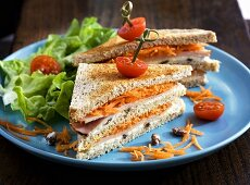 Turkey sandwiches with grated carrots