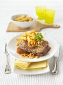 Rump steak with an onion-beer sauce and chips