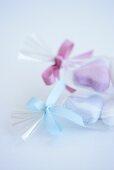 Zuckerherzen in durchsichtiger Folie als Geschenk
