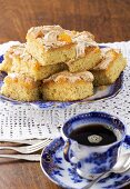 Almond-semolina cake with mandarins and a meringue topping