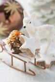 Cinnamon star & meringue with nut brittle on small sleigh