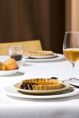 Tortine all'albicocca (Apricot tarts with chocolate sauce)