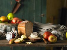 Bread with Camembert and apples