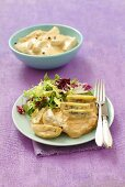 Braised chicken breast with kiwi and a sour cream sauce
