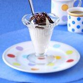 Eisbecher mit Schokosauce und Zuckerperlen