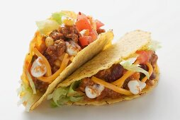 Tacos filled with mince, cheese and sour cream