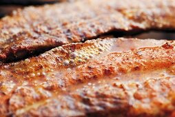 Grilled, marinated belly pork (close-up)