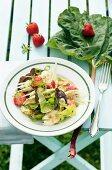 Blattsalat mit Fenchel, Erdbeeren und Rhabarberdressing