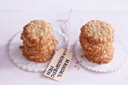 Mandelknusperchen (spiced biscuits made with chopped almonds)