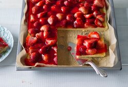 Baking with stevia: strawberry tray bake cake