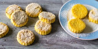 Baking with stevia: shortbread biscuits with ground hazelnuts