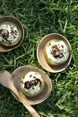 Kiwis with stracciatella cream
