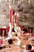 Weihnachtlich gedeckter Tisch im Kellergewölbe