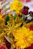 Sommerlicher Blumenstrauss mit gelben Dahlien
