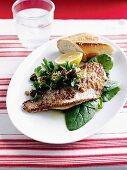 Gebratener Fisch mit Zitrone und Spinatsalat