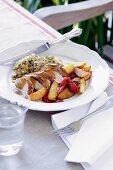 Hähnchen mit Bratkartoffeln und Paprikaschoten
