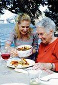 Enkelin und Grossmutter beim Muttertagsessen