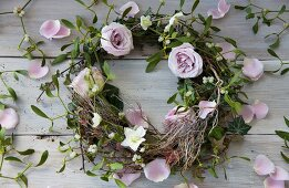 A wreath of pink roses, mistletoe and hellebores