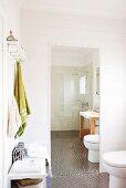 Badezimmergarderobe und Toilette vor Ganzkörperspiegel