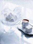 Selbstgemachte Vanille-Marshmallows und Espresso
