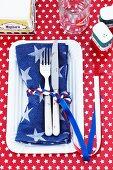 Napkin idea: A flocked napkin ring and a napkin with stars (USA)