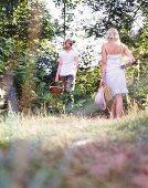 Frauen mit Picknickkörben im Wald