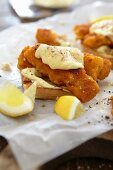 Fish fingers with sauce and lemon