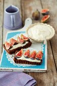 Chocolate tartlets with white chocolate cream and figs