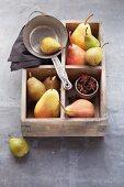 Verschiedene Birnensorten in Holzkasten