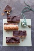 Peanut-caramel slices