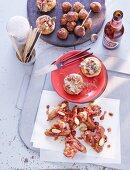 Champignons mit Feigen und Chorizo, Hähnchenflügel in Sherry, Hackfleisch-Aprikosen-Bällchen (Spanien)