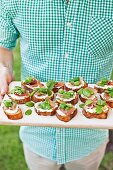 Crostini with broad beans, Prosciutto and ricotta, for a picnic