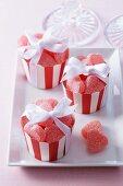 Geleefrüchte in Herzform als Gastgeschenke in Muffinförmchen