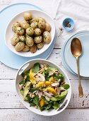 Hähnchen-Mango-Salat und Schnittlauchkartoffeln