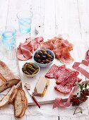Vorspeisenplatte mit Schinken, Salami und Leberpastete, Essiggurken und Oliven